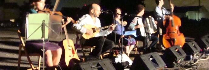 Perach Adom plays in Kiryat Yovel (photo: Mya Guarnieri)
